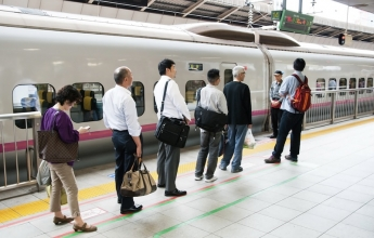 Lidé ve frontě na šinkansen v Tokiu, Japonsko