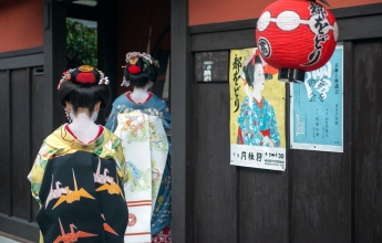 Japonské gejši jdoucí do práce