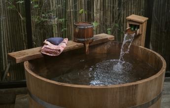 Krytý dřevěný onsen, Japonsko