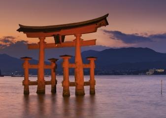 Brána tóri na ostrově Mijadžima