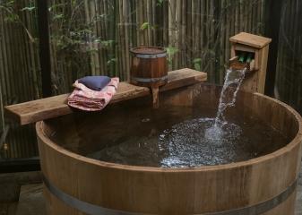 Dřevěná horká lázeň onsen